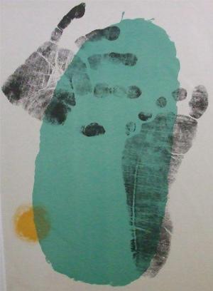 Fuß- und Handabdruck auf grünem Oval von Joan Miro
