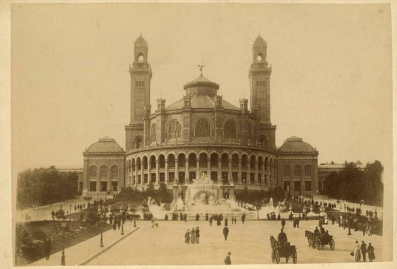 Le Trocadéro, à l'origine, fut construit pour l'exposition universelle de 1867