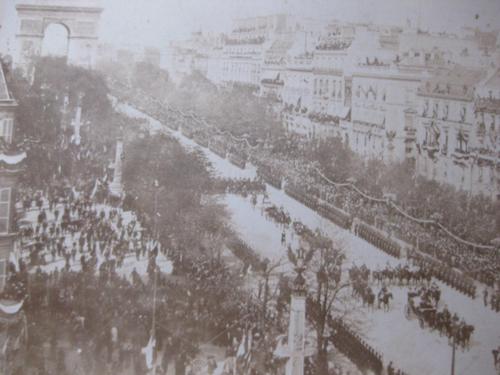 Défilé militaire avenue des Champs Elysées