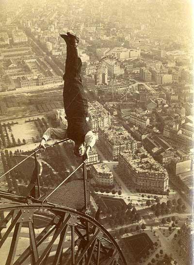Un équilibriste sur la Tour Eiffel