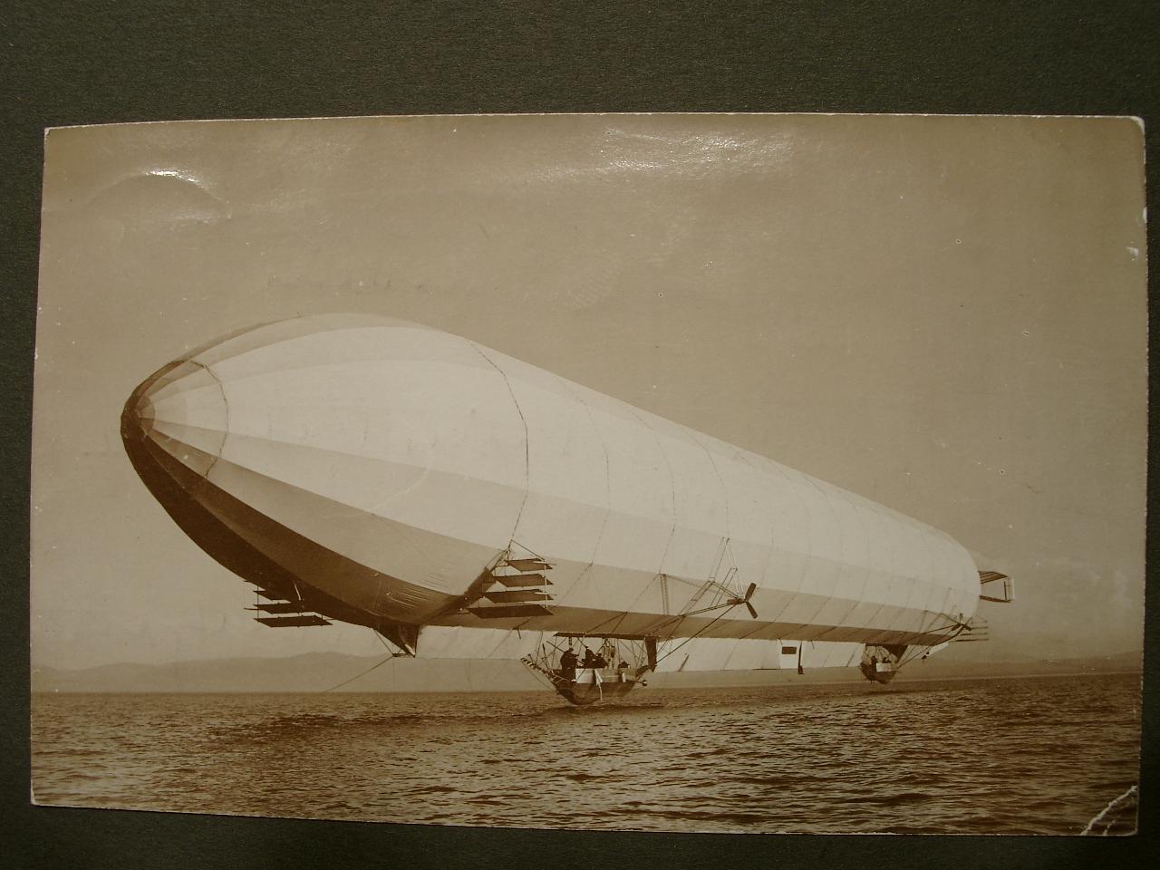 Photographische Postkarte von einem Zeppelin über dem Wasser (Bodensee?)