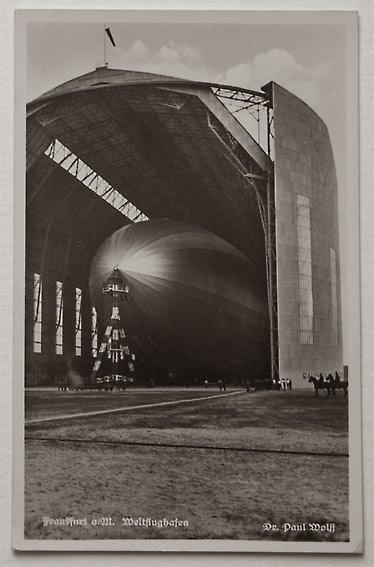 Wolff, Dr. Paul: Frankfurt a.M., Weltflughafen. Zeppelin im Hangar.