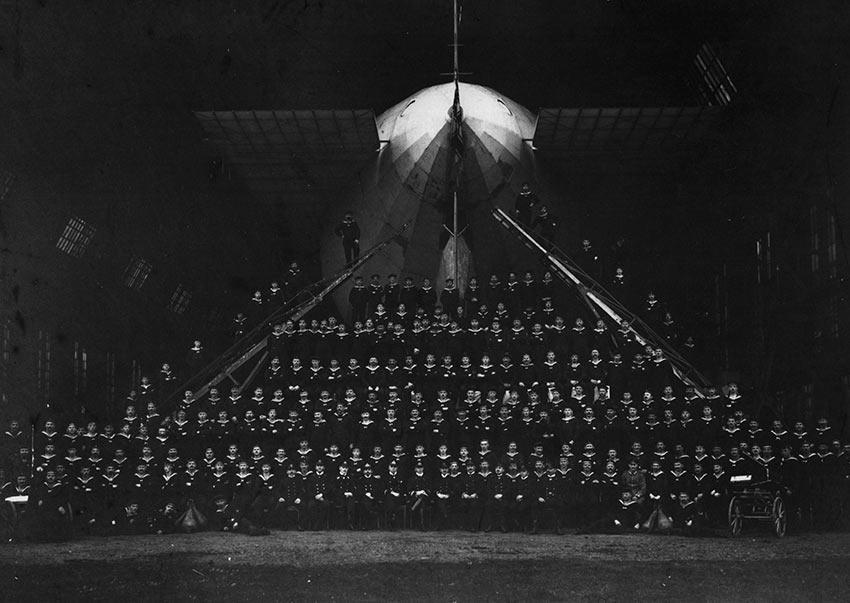 Zeppelin Militärluftschiff im 1. Weltkrieg mitsamt der vielköpfigen Mannschaft. Original Fotografie. Silbergelatine-Abzug. Bildformat: 21,0 x 29,0 cm.